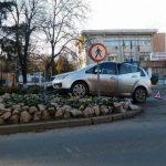 Un șofer și-a avariat mașina după ce a evitat un impact cu un alt autoturism și a ajuns pe scuarul din fața Spitalului Județean de Urgență din Alba Iulia