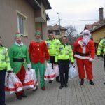 Poliţiştii rutieri din Alba Iulia au făcut daruri copiilor din două centre de tip familial