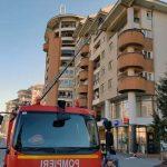 Mai multe elemente desprinse de la acoperișul unui bloc, care puneau în pericol siguranța trecătorilor, îndepărtate de pompierii din Alba Iulia