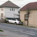 """Un tânăr neatent din Alba Iulia și-a """"șifonat"""" serios autoturismul după a doborât un copac de pe marginea drumului"""