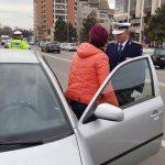 """Șoferiţele din Alba Iulia au fost """"amendate"""", de 1 Martie, cu mărţişoare de către poliţiştii rutieri"""