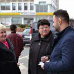 Social-democrații au împărţit ghiocei şi mărţişoare femeilor din Alba Iulia