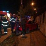 O tânără a pierdut controlul autoturismului pe care îl conducea și s-a izbit de gardul unui imobil situat pe Bulevardul Încoronării din Alba Iulia