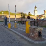 Barierele nefuncționale montate la intrarea în Cetatea Alba Carolina îi induc în eroare pe turiști