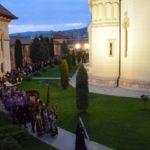 Sute de credincioși au înconjurat Catedrala Reîntregirii Neamului din Alba Iulia, în Vinerea Mare