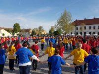Tricolor uman format în Piața Cetății din Alba Iulia, de cei 200 de participanți la faza națională a Olimpiadei de Limba și Literatura Română
