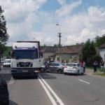 Două autoturisme şi un camion încărcat cu lemne au intrat în coliziune, pe pe Bulevardul Încoronării din Alba Iulia