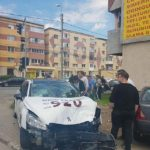 Un taxi a fost făcut praf după o coliziune cu un alt autoturism, petrecută într-o intersecție din Alba Iulia