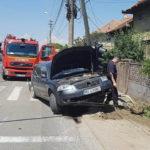 Un autoturism a lovit din plin un semafor, după un impact cu o autoutilitară petrecut la ieșirea din Alba Iulia, în zona Partoș