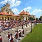 Câteva sute de spectatori au asistat astăzi, 2 iunie 2017, la ceremonia schimbului de gardă care a deschis oficial ALBA FEST 2017