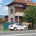 Imobilul din cartierul albaiulian Partoș, unde s-a produs tragedia de sâmbătă noaptea, pazit non-stop de un echipaj de poliție