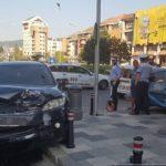 """Două autoturisme s-au ciocnit în sensul giratoriu din apropierea magazinului """"Unirea"""", din Alba Iulia"""
