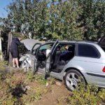 Două persoane transportate la spital, după ce un autoturism a rupt gardul unei case din Micești și s-a oprit într-un pom