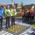 Zeci de copii, instruiți de polițiști cum să fie pietoni responsabili, în parcarea magazinului LIDL din Alba Iulia