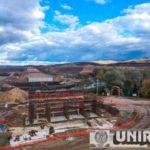 """Pe autostrada Sebeş-Turda, lotul 1, constructorul """"turează"""" motoarele în weekend. Se lucrează la armătura de la pilonii viitorului pod peste râul Sebeş"""