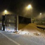 Un camion încărcat cu grâu s-a răsturnat pe carosabil, în sensul giratoriu de la intrarea în municipiul Alba Iulia dinspre Teiuș