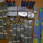 Aproape 3.000 de articole pirotehnice comercializate ilegal confiscate de polițiști dintr-o piață din Alba Iulia