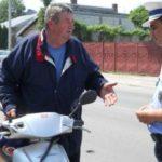 Dosar penal pentru un bărbat de 72 de ani din Ighiu, după ce a fost surprins în timp ce conducea un moped fără a avea pemis