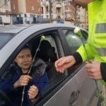 Astăzi, 8 martie 2018, polițiștii din Alba Iulia le-au oferit flori șoferițelor oprite în trafic