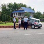 """Un autoturism s-a """"cocoțat"""" pe sensul giratoriu amplasat lângă Cimitirul Eroilor din Alba Iulia"""