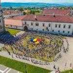 """1 Iunie 2018: Peste 1.000 de copii din așezămintele sociale ale Arhiepiscopiei au dansat """"Hora Străjerilor Unirii"""", la Alba Iulia"""