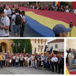 Tricolor de 100 de metri întins în fața Catedralei Reîntregirii din Alba Iulia, cu prilejul startului în Marșul Centenarului