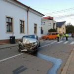Două peroane rănite în urma unei coliziuni între două autovehicule petrecută la intersecția dintre străzile Basarabiei și Traian, din Alba Iulia