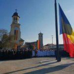 Drapelul național arborat pe catargul din Piața Tricolorului din Alba Iulia, în cadrul unei ceremonii solemne dedicate Zilei Naționale a României