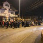 Zeci de turiști veniți de 1 Decembrie la Alba Iulia au așteptat ore întregi autobuzele promise de municipalitate, care trebuiau să-i ducă la mașinile parcate la intrările din oraș