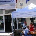 Cort amplasat în fața Casei Județene de Pensii Alba, pentru combaterea caniculei