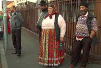 Întorși de la cerșit din Anglia și Germania, țiganii dintr-o comună brașoveană încălcă izolarea și-i terorizează pe locuitorii comunei pentru a obține mâncare